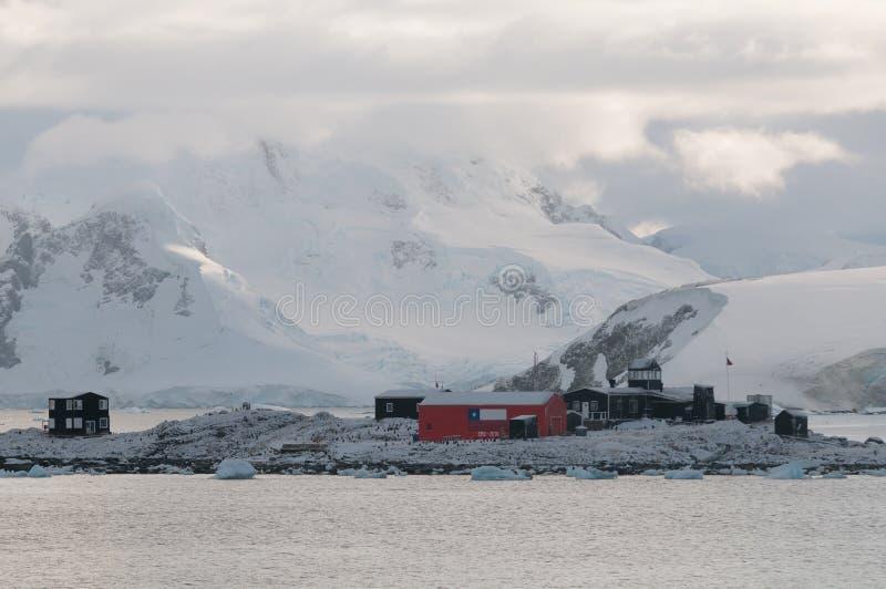 Base de Gonzalez Videla cubierta en la nieve, península antártica fotografía de archivo libre de regalías