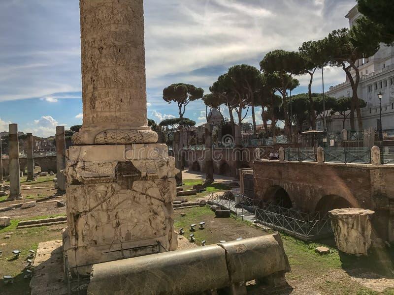 Base de la columna del ` s de Trajan en el foro del ` s de Trajan, Roma, Italia imagenes de archivo