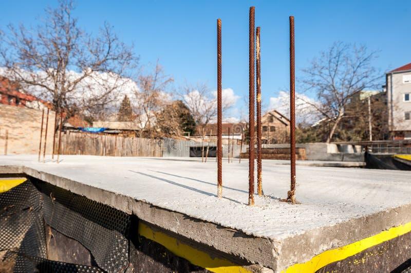 Base de la fundación de la construcción de nueva viviendas con las barras concretas y de acero del refuerzo y cierre hidráulico d imagen de archivo libre de regalías
