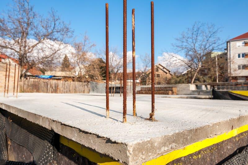 Base de la fundación de la construcción de nueva viviendas con las barras concretas y de acero del refuerzo y cierre hidráulico d fotos de archivo