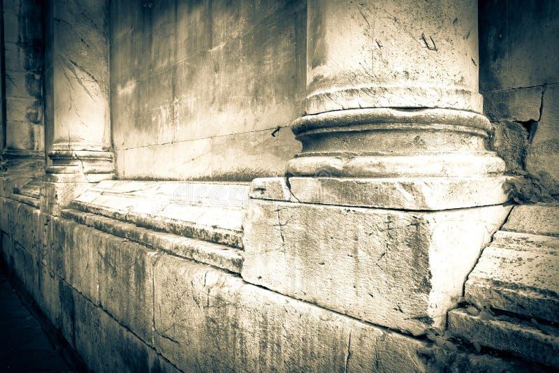 Base de las columnas de mármol de una iglesia del italiano del romanesque - imagen entonada fotografía de archivo libre de regalías