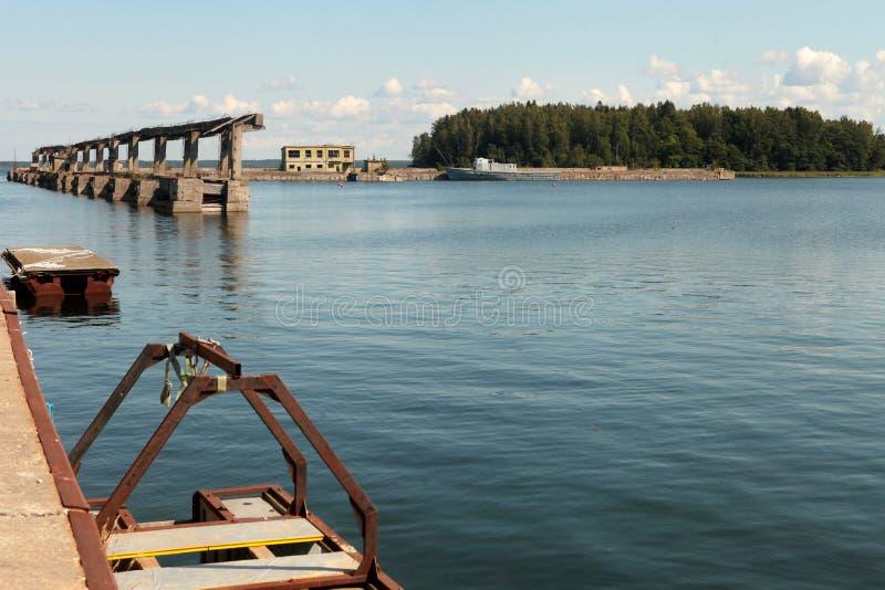 Base de réparation de sous-marins soviétiques abandonnée à Hara, côte nord de l'Estonie, mer Baltique image libre de droits