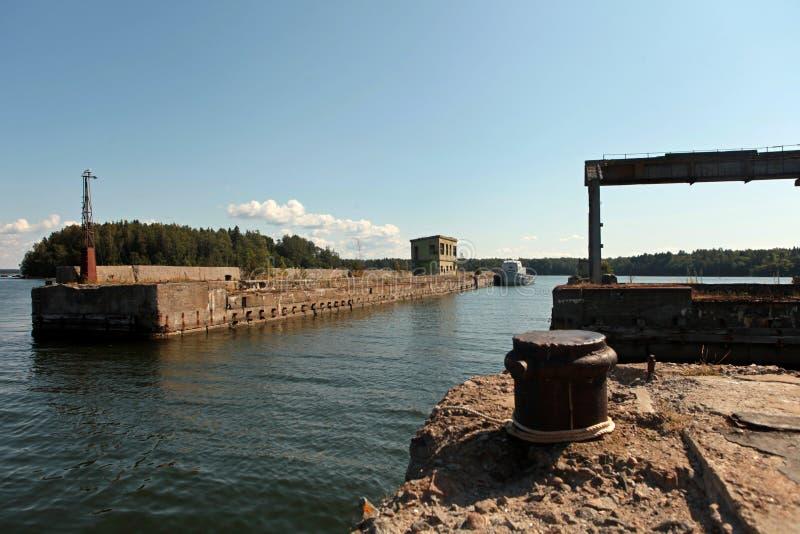 Base de réparation de sous-marins soviétiques abandonnée à Hara, côte nord de l'Estonie, mer Baltique photo libre de droits