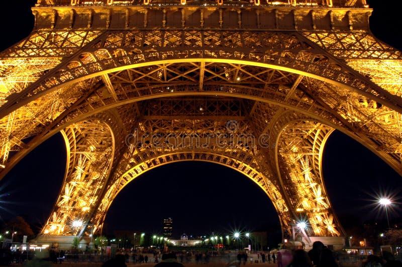 Base della torre Eiffel alla notte immagini stock
