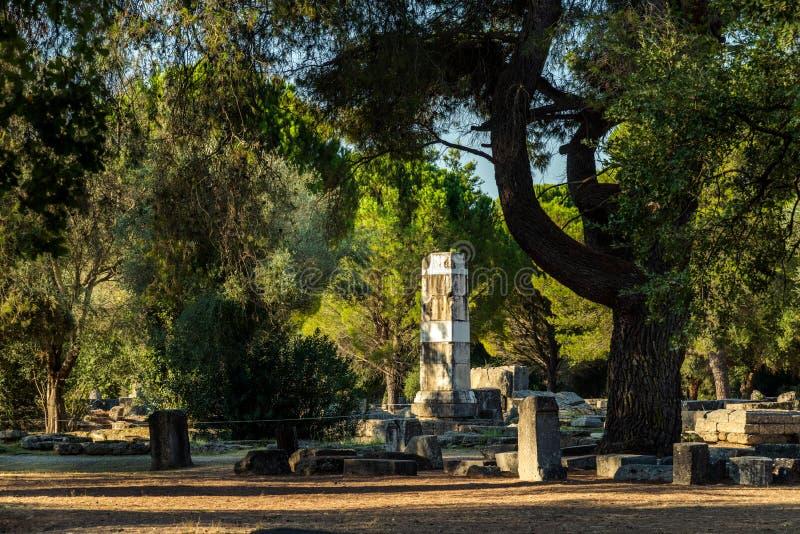 Base della vittoria di Paeonios in Olimpia, Grecia fotografie stock
