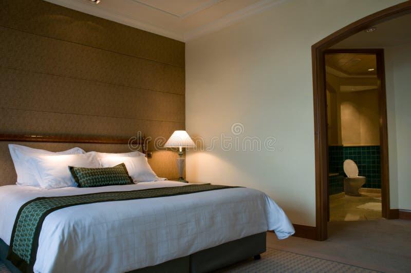 Base di formato del re e stanza da bagno di una serie delle cinque stelle fotografia stock