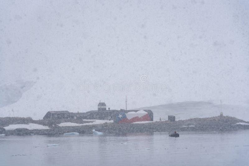 Base do Do Chile da armada, estação de pesquisa de Gonzales Videla, vista da água em um dia nevado e nevoento, baía de Paradi imagens de stock