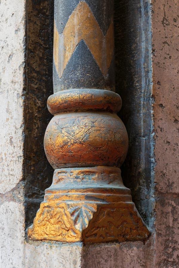 Base dourada de uma coluna decorativa pequena com inscrição florais gravadas na mesquita antiga de Sultan Hassan, o Cairo, Egito foto de stock royalty free