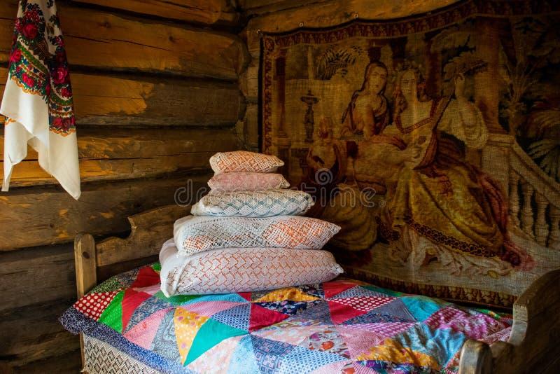 base fatta. bedroom. L'interno di una vecchia baracca russa in una capanna russa. Oggetti interni con vecchia vita russa degli ute immagini stock libere da diritti
