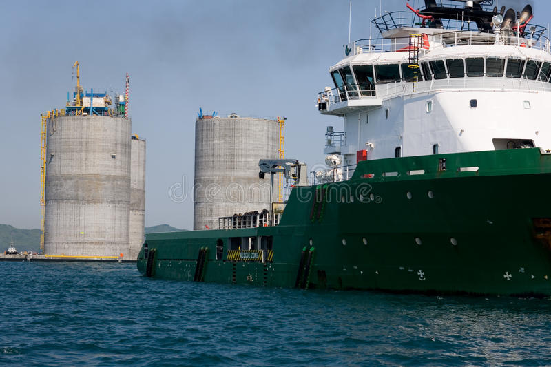 base frånlands- bogserbåt för bogsera för oljeplattform royaltyfri fotografi