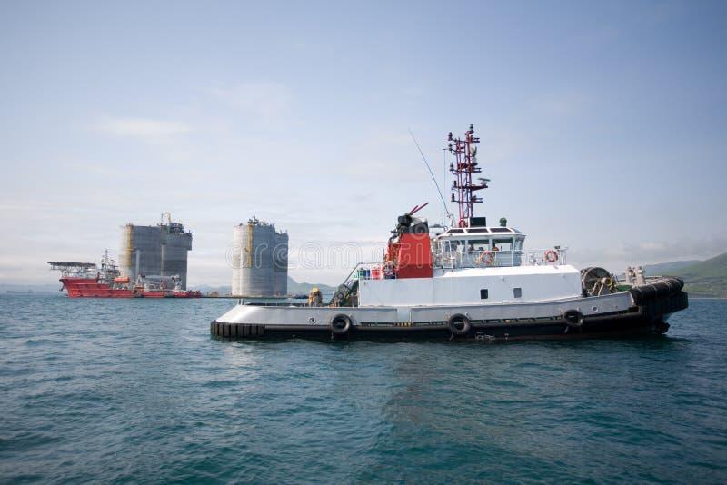 base frånlands- bogserbåtar för oljeplattform arkivfoto