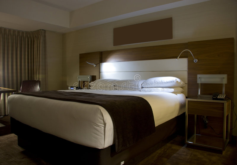 Base King-size con le lampade dei tavolini da notte immagine stock libera da diritti