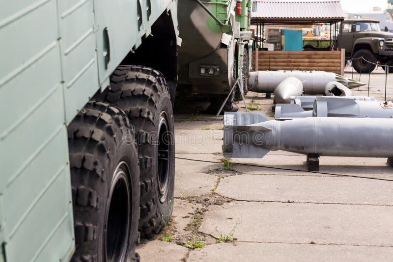 Base militaire avec des armes et des machines lourdes Courrier naval d'armée avec des boms d'air dehors Guerre froide et militari photos stock