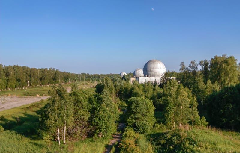 Base militaire russe dans la forêt avec plusieurs grands dômes d'une antenne de radar photographie stock libre de droits
