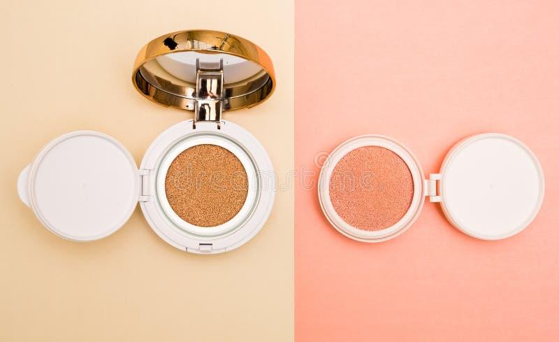 Base tonale et barre de mise en valeur, base pour le maquillage sous forme de coussin image libre de droits