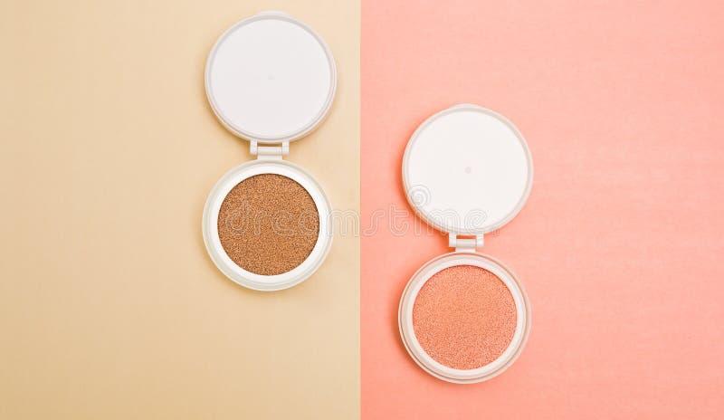 Base tonale et barre de mise en valeur, base pour le maquillage sous forme de coussin photos stock