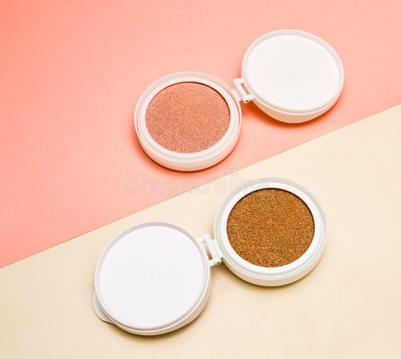 Base tonale et barre de mise en valeur, base pour le maquillage sous forme de coussin photo libre de droits