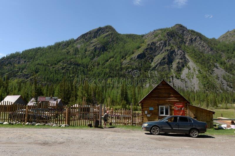 Base turística cerca del pueblo de Aktash, distrito de Ulagansky, república de Altai, Siberia, Rusia imagen de archivo