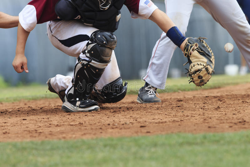 Baseball akcja - łapacz chwytająca piłka (piłka w wizerunku) zdjęcie stock