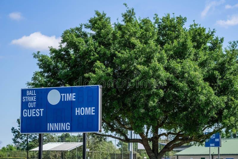 Baseball-Anzeigetafeln im Außenfeld stockfotos
