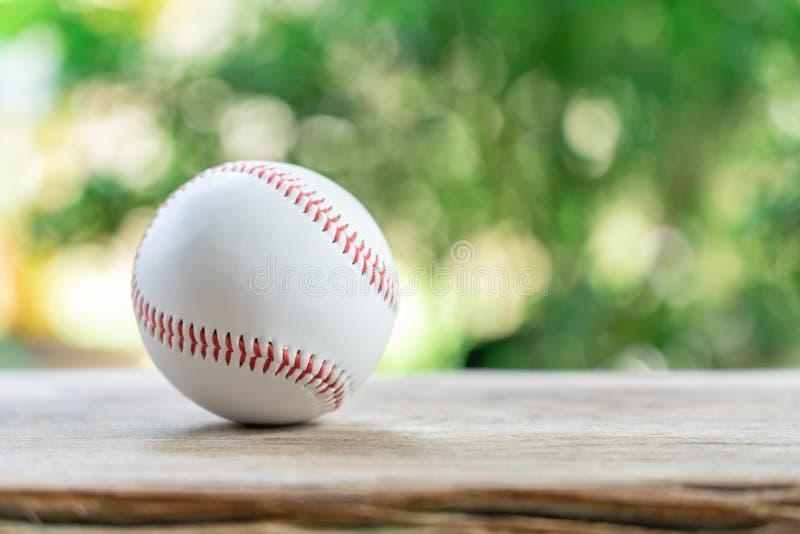 Baseball auf abstraktem Hintergrund und rotem nähendem Baseball Wei?er Baseball mit rotem Thread Baseball ist ein nationaler Spor lizenzfreie stockfotos