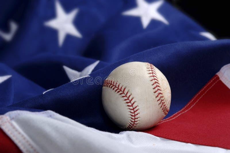Baseball auf amerikanischer Flagge stockbilder