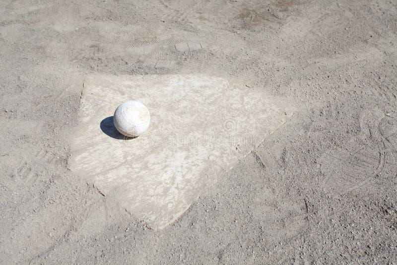Baseball auf dem Werfer-Hügel lizenzfreie stockfotos