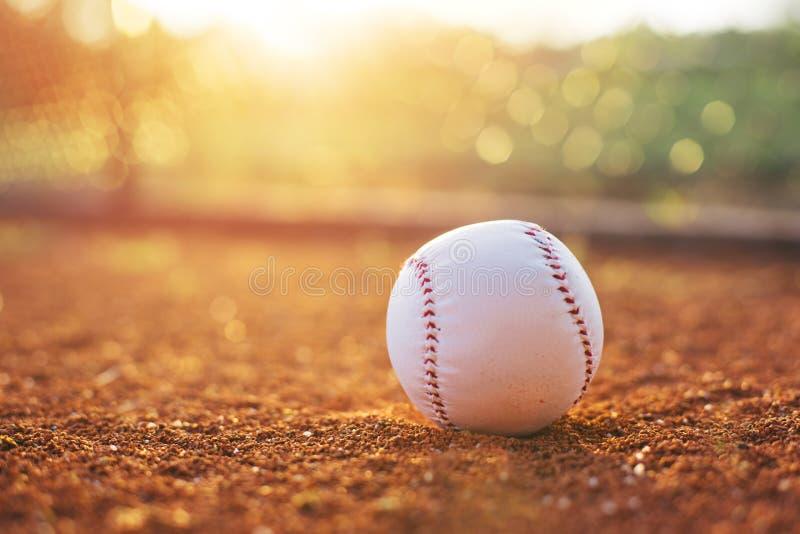 Baseball auf Werfer-Hügel stockfotografie