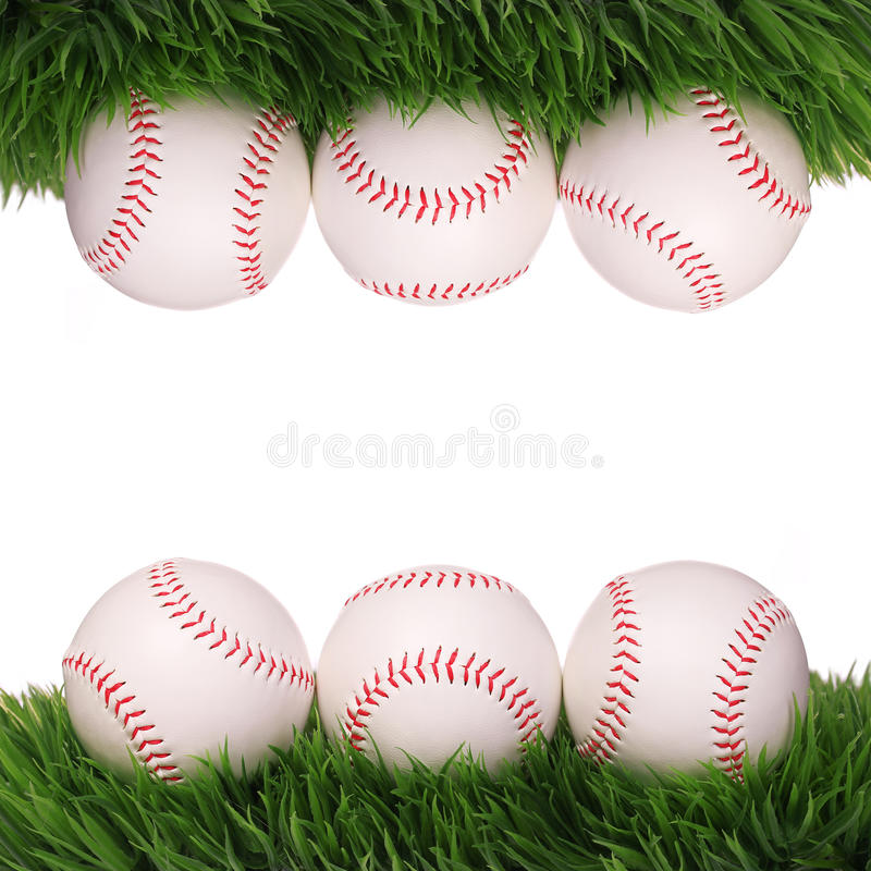 baseball Bälle auf dem grünen Gras lokalisiert stockfotos