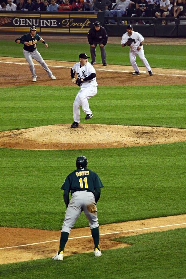 Baseball - corridori sugli angoli fotografie stock