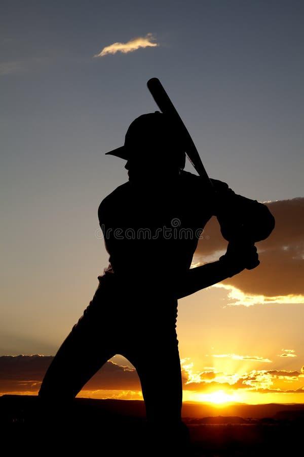 Baseball della siluetta pronto ad oscillare tramonto immagini stock libere da diritti