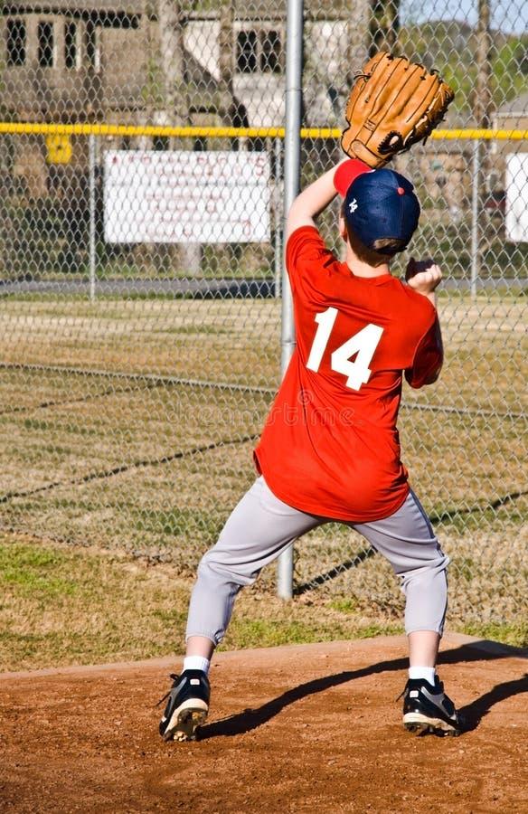 Baseball di cattura del giovane ragazzo fotografie stock libere da diritti