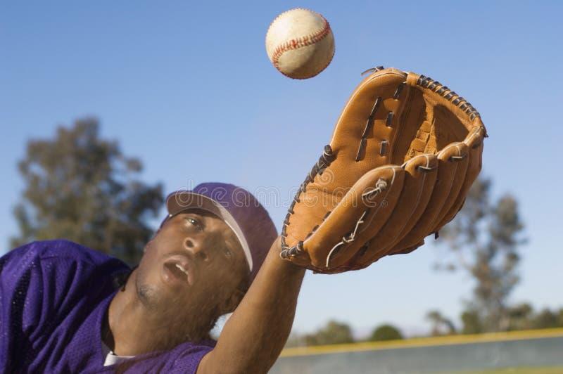 Baseball di cattura dell'uomo immagini stock