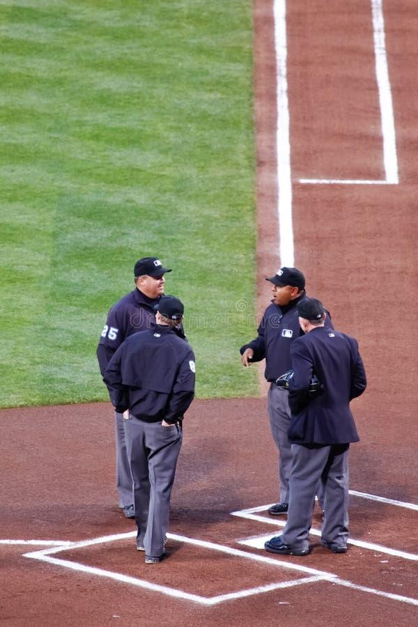 Baseball di MLB - Umpire la zolla di riunione della squadra nel paese fotografia stock