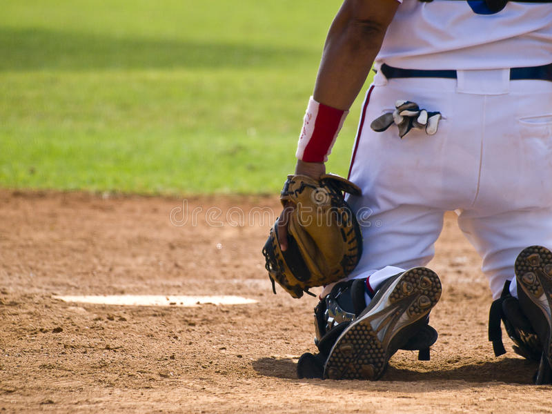 Baseball-Fangfederblech, welches die Kugel wartet lizenzfreies stockfoto