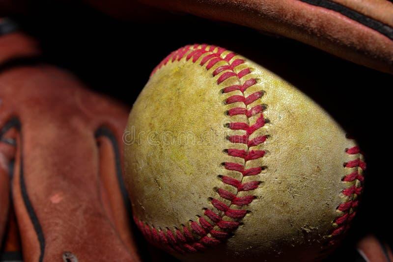 Baseball i en handske royaltyfri foto
