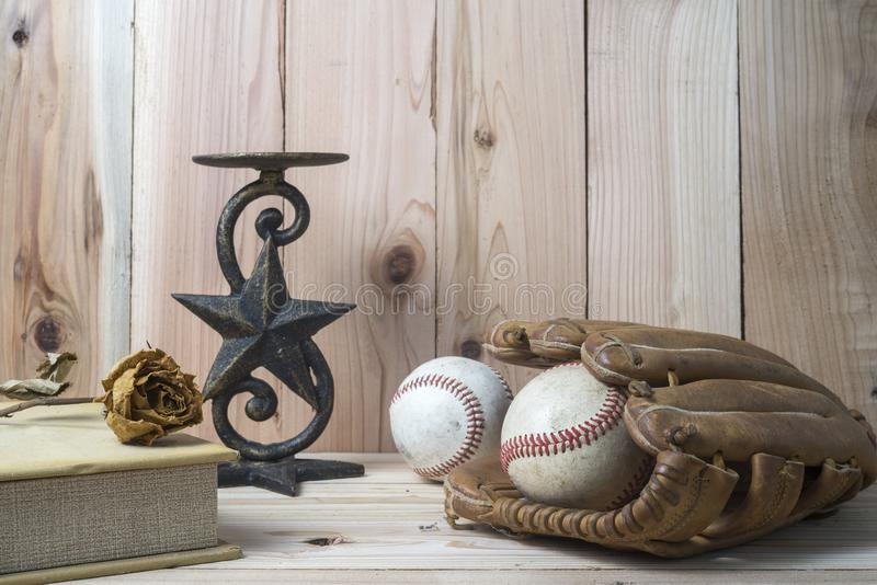 Baseball i rękawiczka na drewnianym obraz royalty free