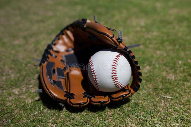 Baseball i rękawiczka na polu zdjęcie stock