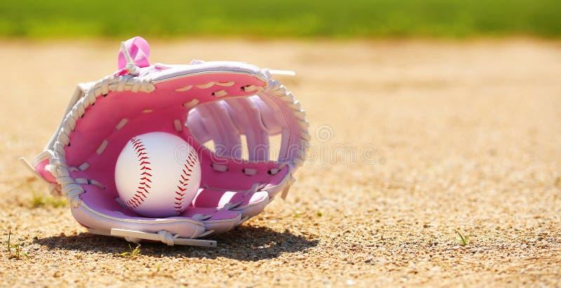 Baseball im rosa weiblichen Handschuh lizenzfreie stockbilder