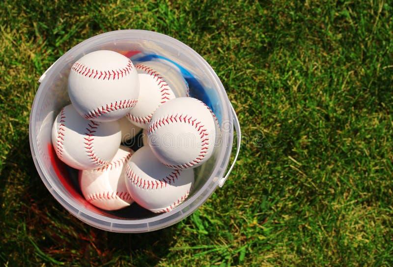 baseball Piłki w koszu na Zielonej trawie fotografia royalty free