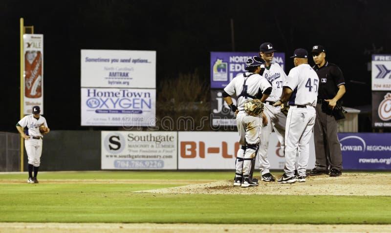 Baseball - riunione sul monticello di brocche immagini stock
