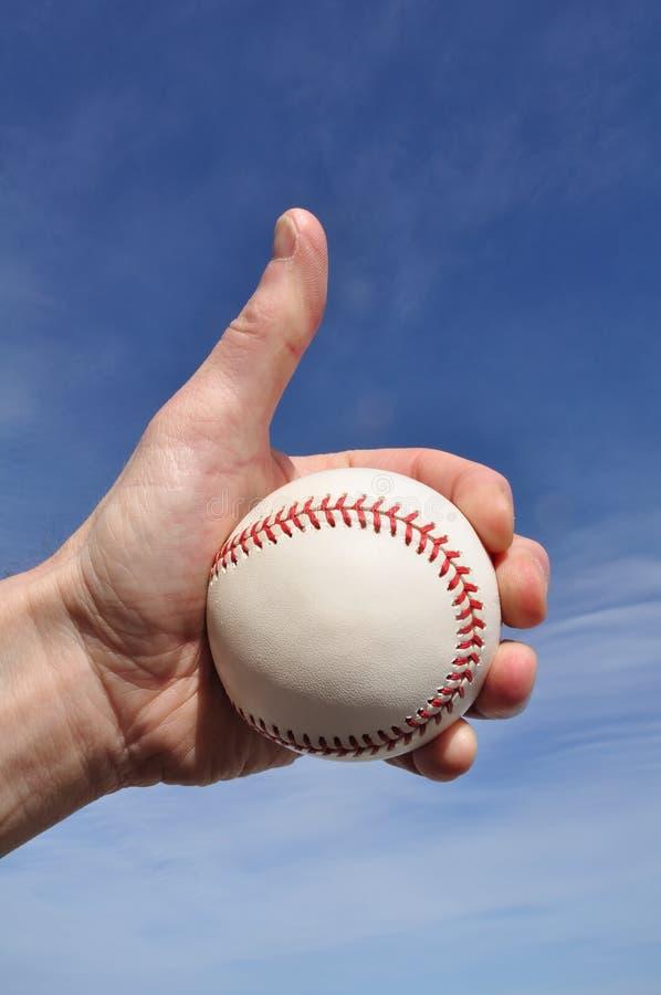 baseball som ger spelaretecknet, tumm upp royaltyfria foton