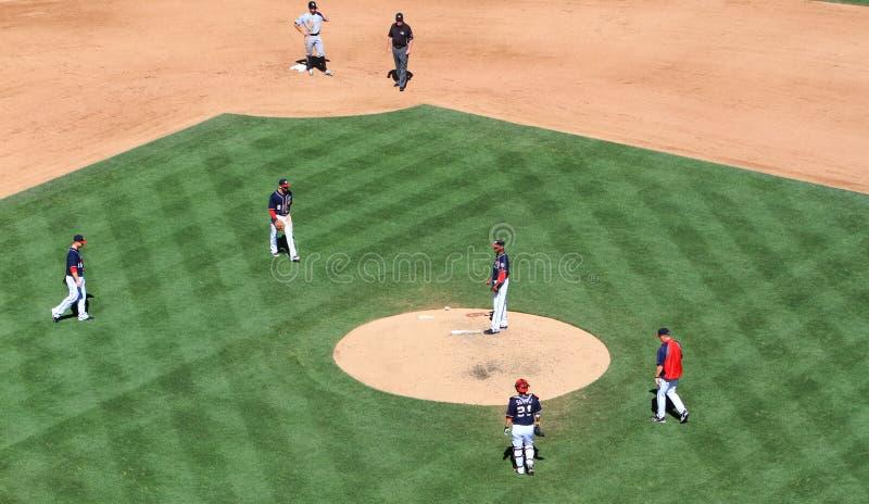 Baseball - strategimöte royaltyfri foto