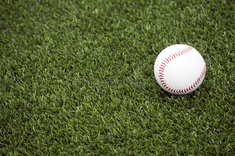 Baseball su erba fotografia stock libera da diritti