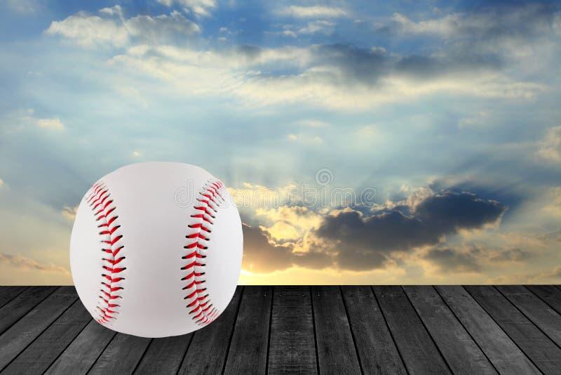 Baseball su legno con il fondo del cielo fotografia stock