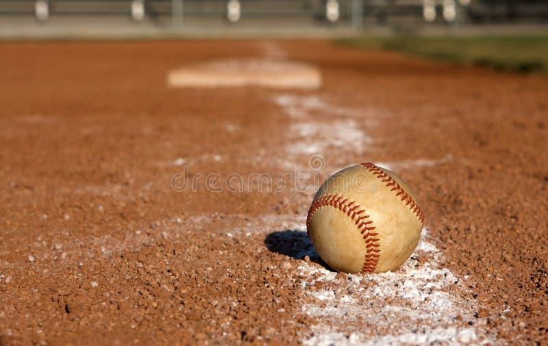 Baseball sulla riga di gesso vicino alla terza base fotografia stock libera da diritti