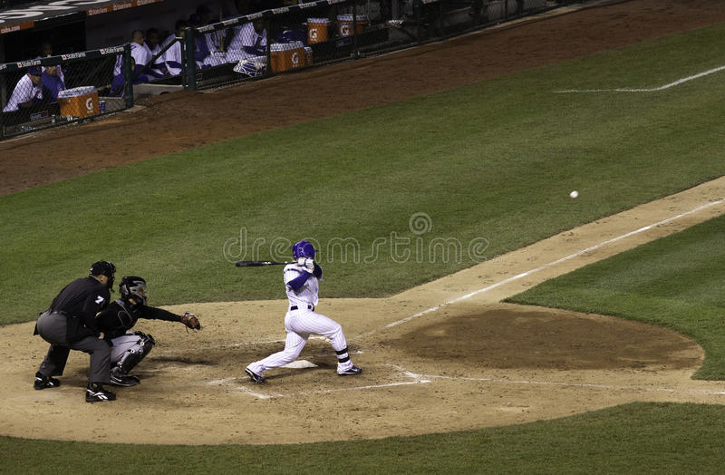 Baseball - Wrigley Field bollen som slås till vänster sida arkivfoton
