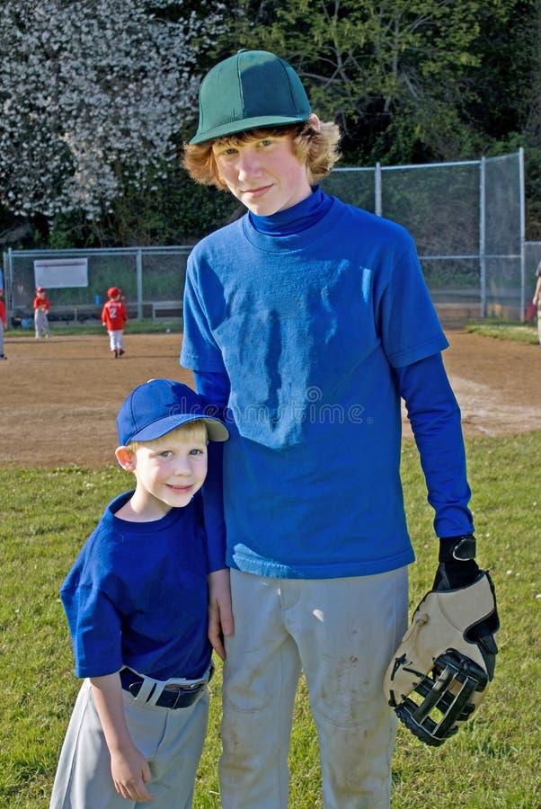 baseballa braci dwa mundurów target2139_0_ fotografia stock