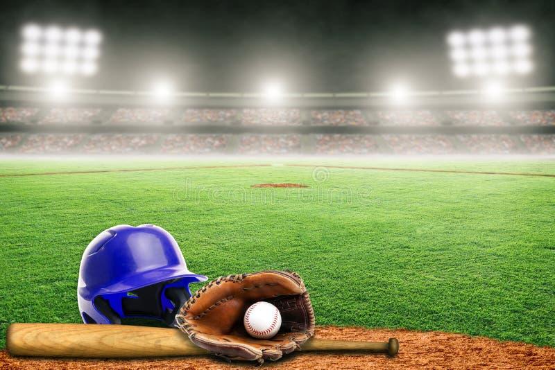 Baseballa he?m, nietoperz, r?kawiczka i pi?ka na polu w Plenerowym stadium Z kopii przestrzeni?, zdjęcie stock