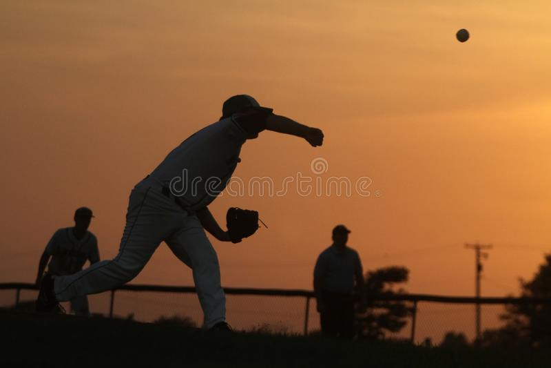 Baseballa miotacz przy zmierzchem obraz royalty free